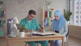 hijab的年轻回教妇女在医生的任命人 股票视频