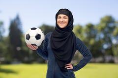 hijab的愉快的回教妇女与橄榄球 免版税库存图片