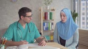 hijab的画象年轻回教妇女在医生的任命人 影视素材