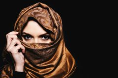 hijab的,演播室射击年轻阿拉伯回教妇女 库存图片