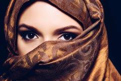 hijab的,演播室射击年轻阿拉伯回教妇女 免版税库存图片