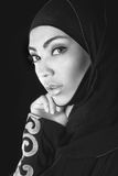 hijab的,眼睛b/w foto画象阿拉伯女孩 免版税图库摄影