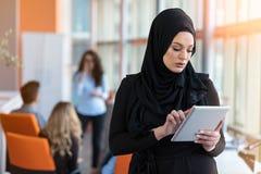 Hijab милой женщины нося перед поиском компьтер-книжки и концепцией конторской работой делать, делом, финансами и рабочего места Стоковые Изображения