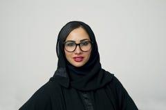佩带Hijab的一名美丽的阿拉伯妇女的画象 免版税库存图片