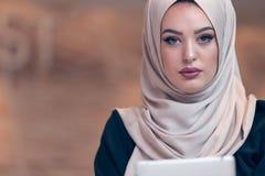 Hijab d'uso arabo della donna di affari, lavorante nell'ufficio startup fotografia stock libera da diritti