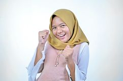Hijab d'uso della donna asiatica felice e vittoria di celebrazione emozionante che esprime grande successo, potere, energia e le  fotografie stock libere da diritti