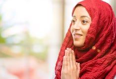 Hijab d'uso della giovane donna araba sopra sfondo naturale fotografia stock