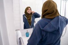 Hijab da jovem mulher que faz atividades rotineiras fotografia de stock royalty free