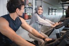 Hijab et amie musulmans de femme au gymnase faisant de cardio- exercices Images libres de droits
