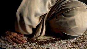 hijab的弄倒在跪毯的,强制宗教仪式,崇拜妇女 免版税库存图片