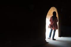 Hijab kvinnor framme av hålet Arkivfoto