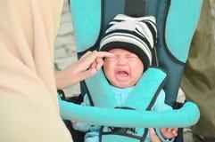 Hijab macierzysty brać dba jej płaczu dziecka w parku z jej mężem obrazy royalty free