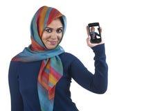 Hijab que desgasta de la muchacha islámica con estilo hermosa con Imagen de archivo libre de regalías