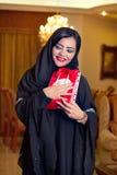 Hijab que desgasta de la señora árabe que recibe un regalo fotografía de archivo libre de regalías