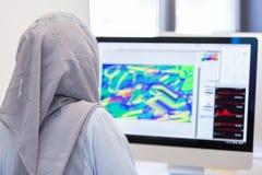 Hijab que lleva árabe joven de la mujer de negocios, trabajando en su inicio imagen de archivo libre de regalías