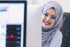 Hijab que lleva árabe joven de la mujer de negocios, trabajando en su inicio imagenes de archivo