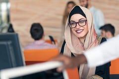 Hijab que lleva árabe joven de la mujer de negocios, trabajando en su oficina de lanzamiento fotos de archivo libres de regalías