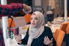 Hijab que lleva de la empresaria árabe preocupante que recibe una notificación fotos de archivo