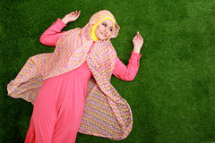 Hijab que lleva de la mujer musulmán joven que miente en hierba Imagenes de archivo