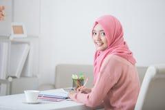 Hijab que lleva del estudiante que sonríe a la cámara Foto de archivo