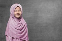 Hijab que lleva del niño musulmán asiático feliz con la cara sonriente Fotos de archivo