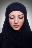 Hijab que lleva musulmán de la mujer joven imagenes de archivo