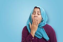 Hijab que lleva y traje de la empresaria musulmán asiática joven que bostezan expresión cansada, mareada Cierre encima de la cabe imagenes de archivo