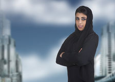 Hijab s'usant de femme islamique professionnelle contre a Photographie stock libre de droits