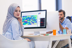 Hijab vestindo árabe novo da mulher de negócio, trabalhando em sua partida imagens de stock royalty free