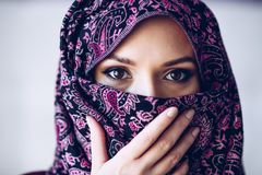 Hijab vestindo abusado da mulher do Oriente Médio árabe bonita imagem de stock
