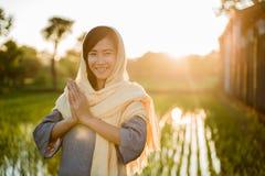Hijab vestindo da mulher asiática nova imagens de stock