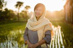 Hijab vestindo da mulher asi?tica nova imagens de stock