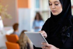 Hijab vestindo da mulher bonita na frente da busca e de fazer do portátil o trabalho de escritório, o negócio, a finança e o conc foto de stock royalty free