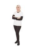Hijab vestindo da mulher desportiva asiática com armcrossed Imagem de Stock Royalty Free