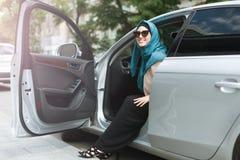 Hijab vestindo da senhora muçulmana em seu carro fotografia de stock