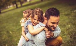 Hijas que abrazan al padre fotos de archivo libres de regalías