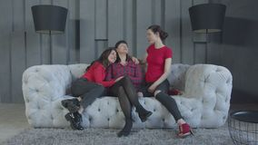 Hijas que calman a la mamá tocada a los rasgones por memorias almacen de video
