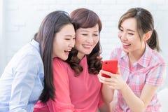 Hijas y smartphone del uso de la madre foto de archivo libre de regalías