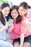 Hijas y smartphone del uso de la madre fotografía de archivo libre de regalías