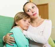 Hijo adolescente gritador que consuela de la madre en casa Fotos de archivo libres de regalías