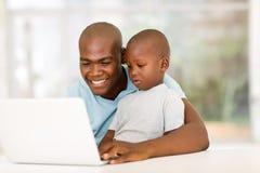 Hijo africano del ordenador portátil del hombre Fotos de archivo