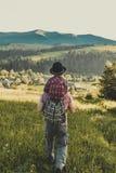Hijo con el padre en la montaña Fotos de archivo libres de regalías