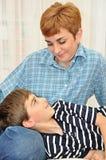Hijo con su cabeza en revestimiento de las madres Imagen de archivo libre de regalías