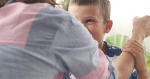 Hijo de abarcamiento de amor de la madre en casa almacen de video