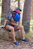Hijo de abarcamiento del padre en bosque Imagen de archivo libre de regalías