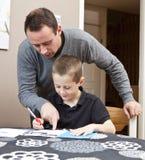 Hijo de ayuda del padre con la preparación Imágenes de archivo libres de regalías