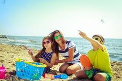 Hijo de la hija de la madre de la familia que se divierte en la playa Imagen de archivo libre de regalías