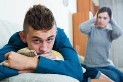 Hijo de la madre y del adolescente que tiene lucha en casa Fotos de archivo