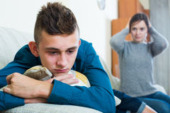 Hijo de la madre y del adolescente que tiene lucha en casa Imágenes de archivo libres de regalías
