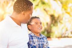 Hijo de la raza mixta y padre del afroamericano imagen de archivo